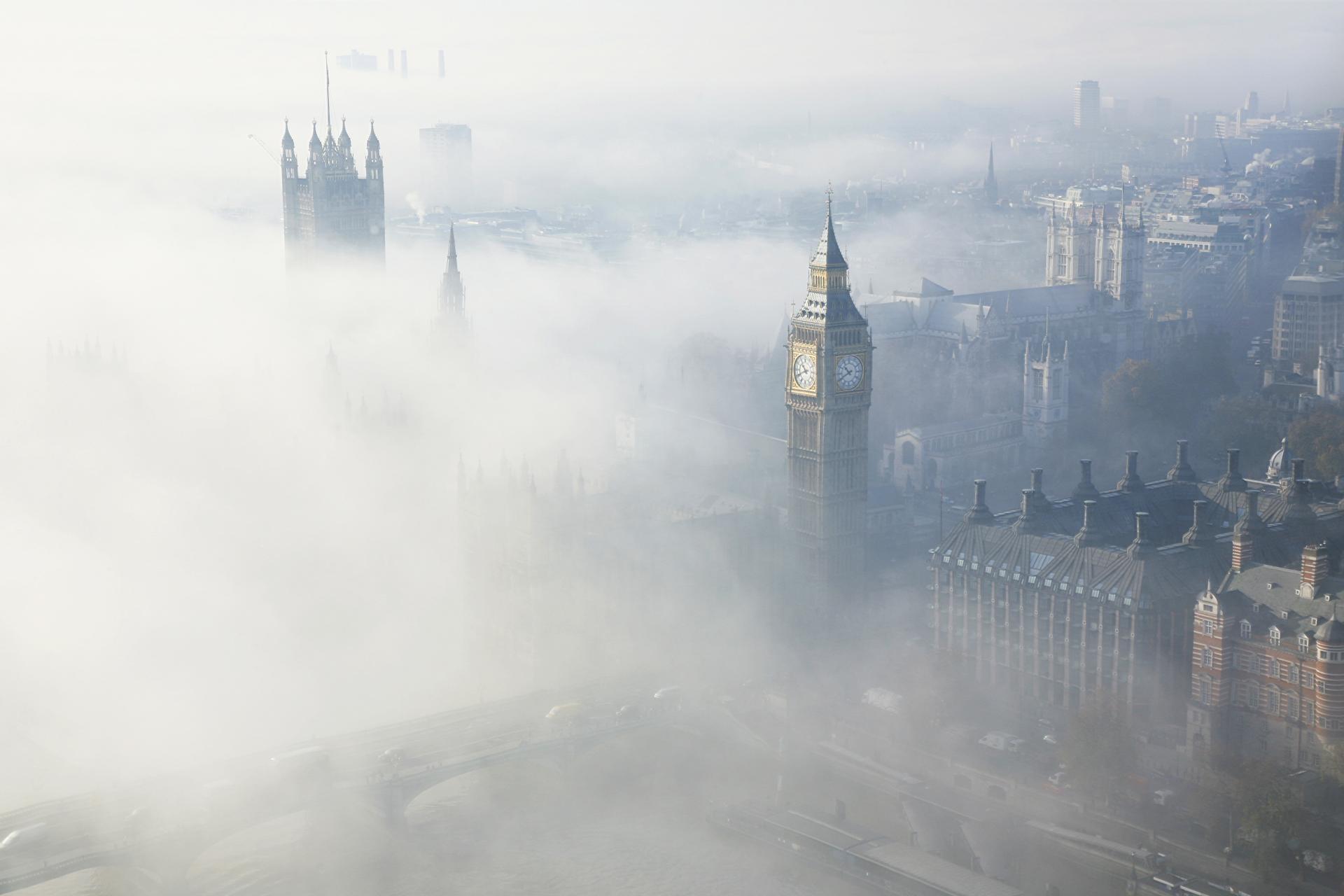 El Big Ben de Londres con niebla desde el aire