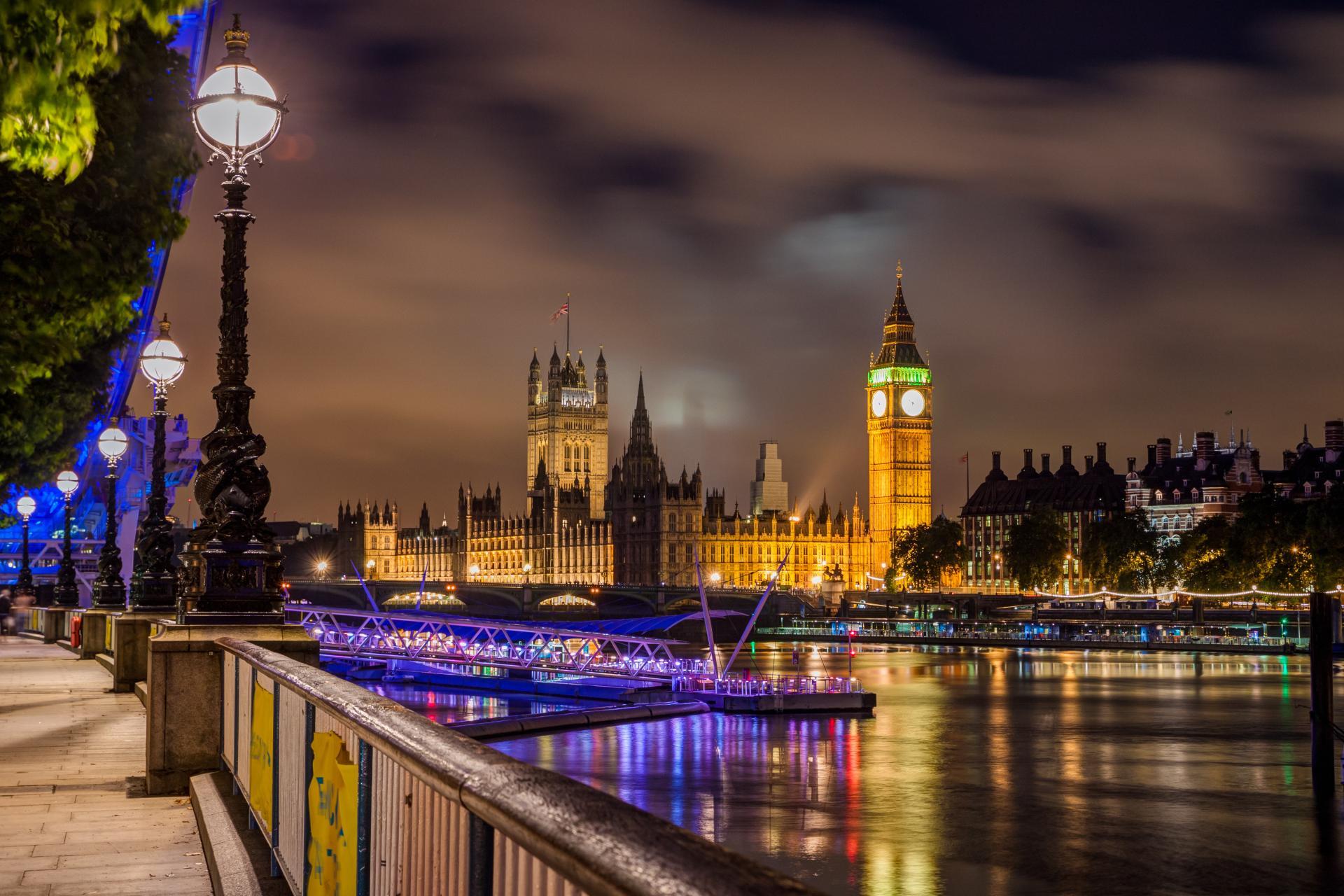 Vista del Big Ben y el parlamento iluminados por la noche
