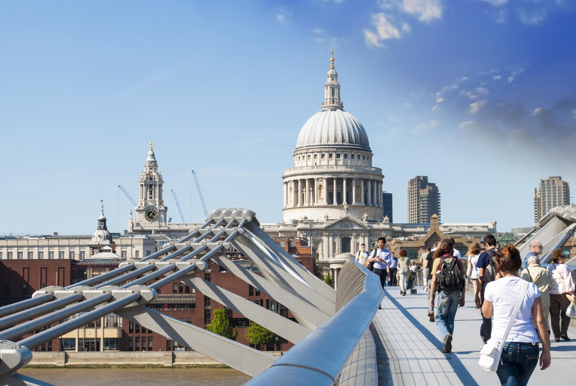 La St Paul's Cathedral de Londres desde el Millenium Bridge