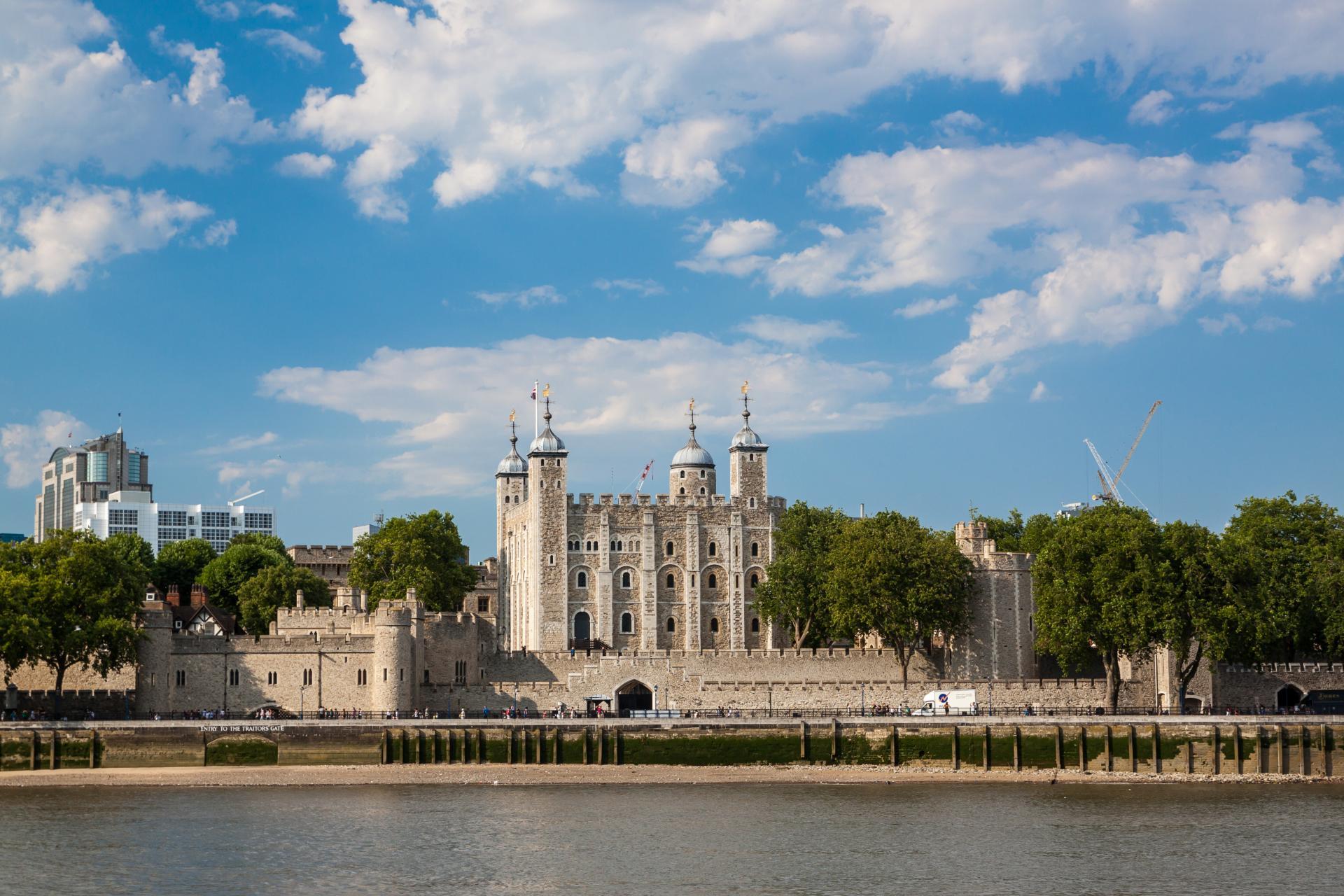 La Torre de Londres junto al río Támesis