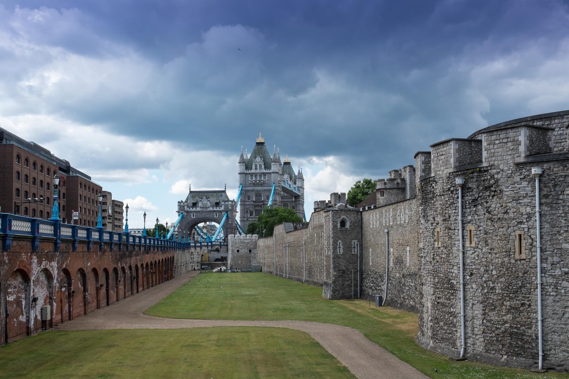 El Tower Bridge visto desde dentro de la Torre de Londres