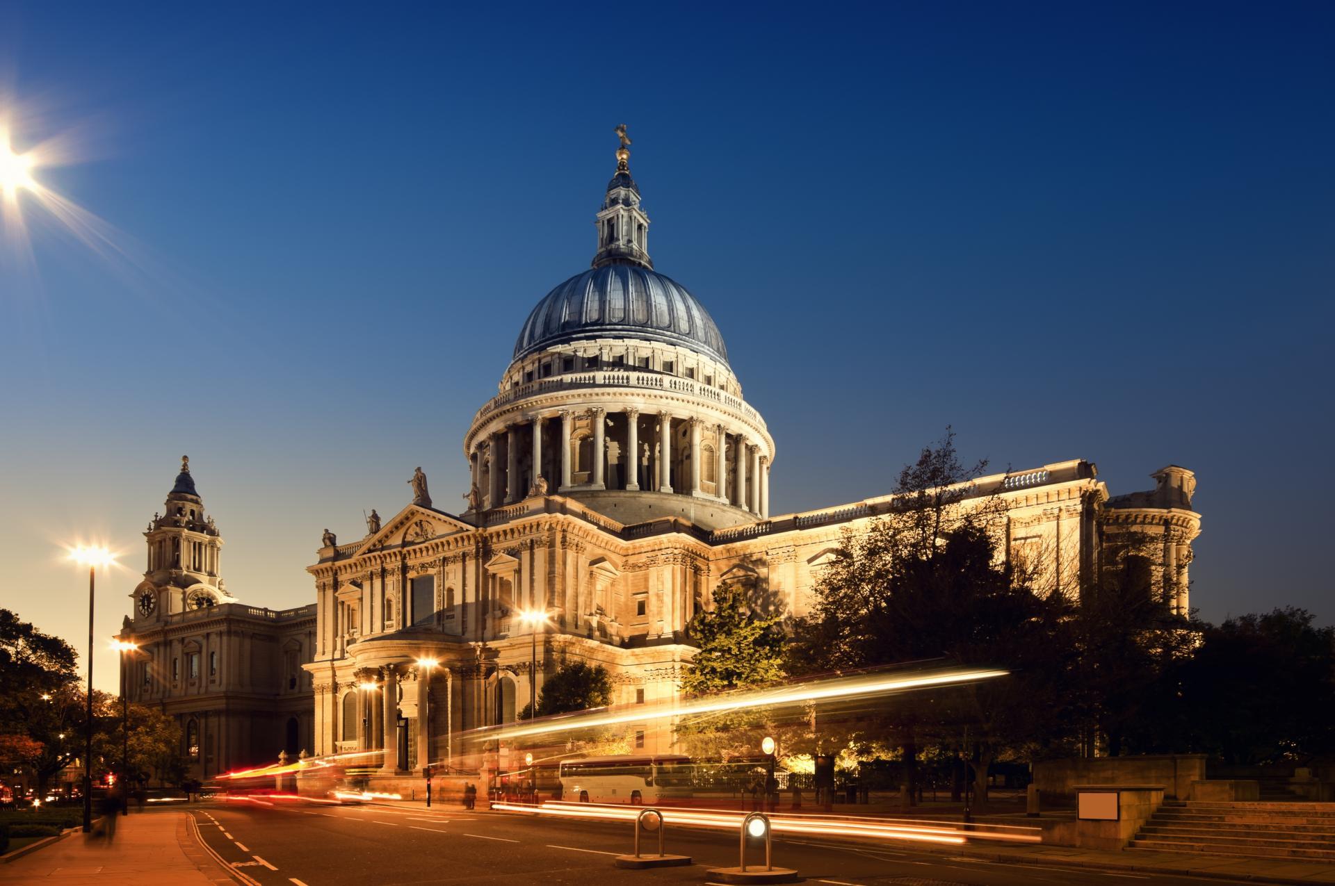 La Catedral de San Pablo en Londres por la noche