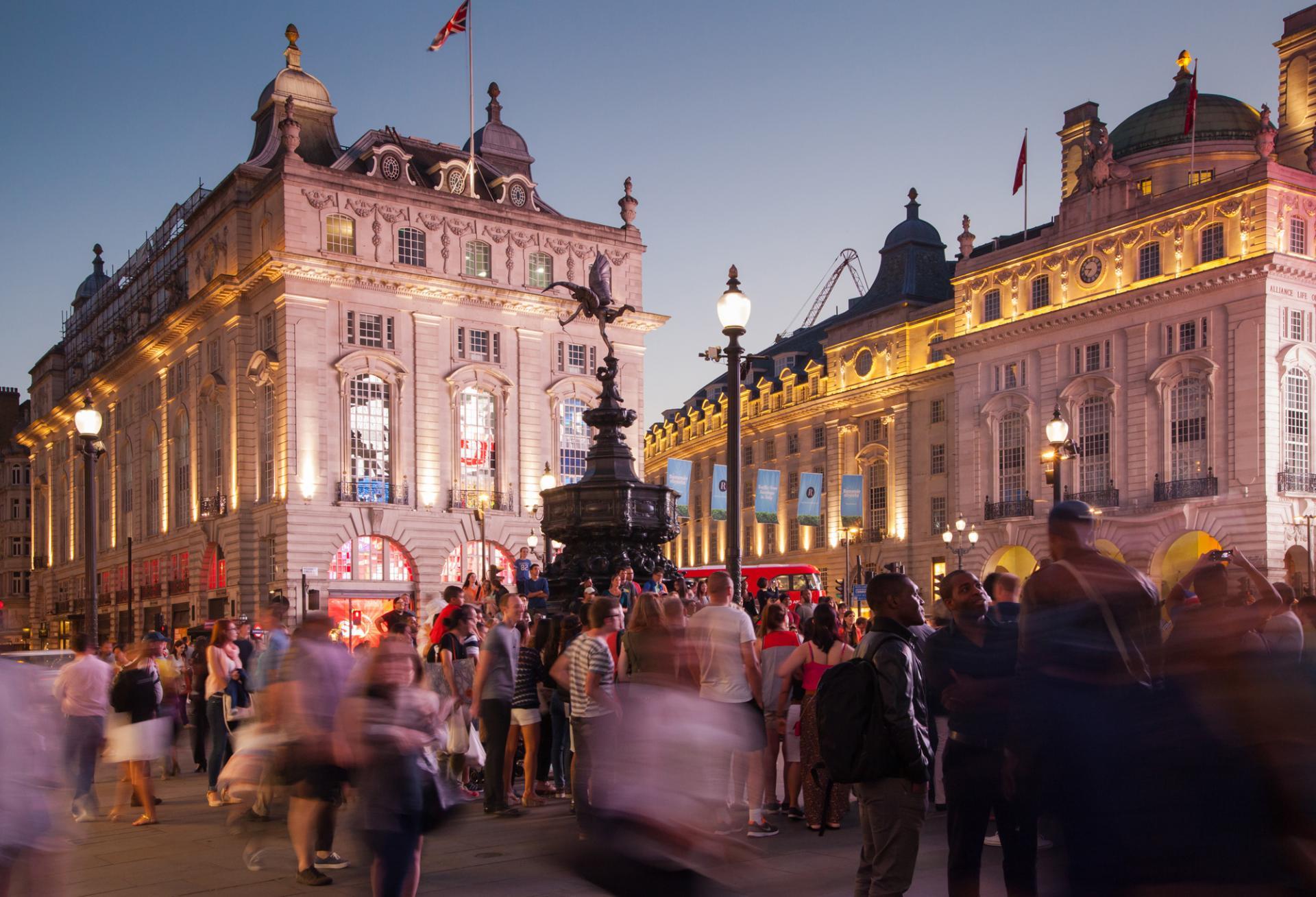 El Picadilly Circus de Londres por la tarde