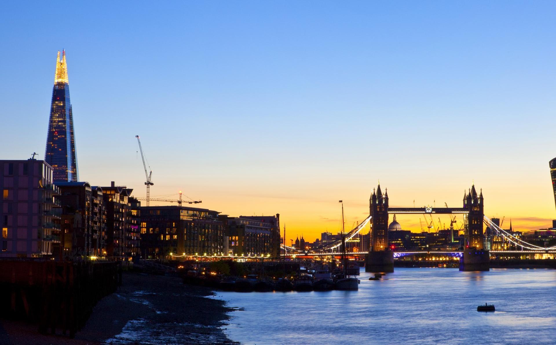 Edificio The Shard y Tower Bridge al atardecer, Londres