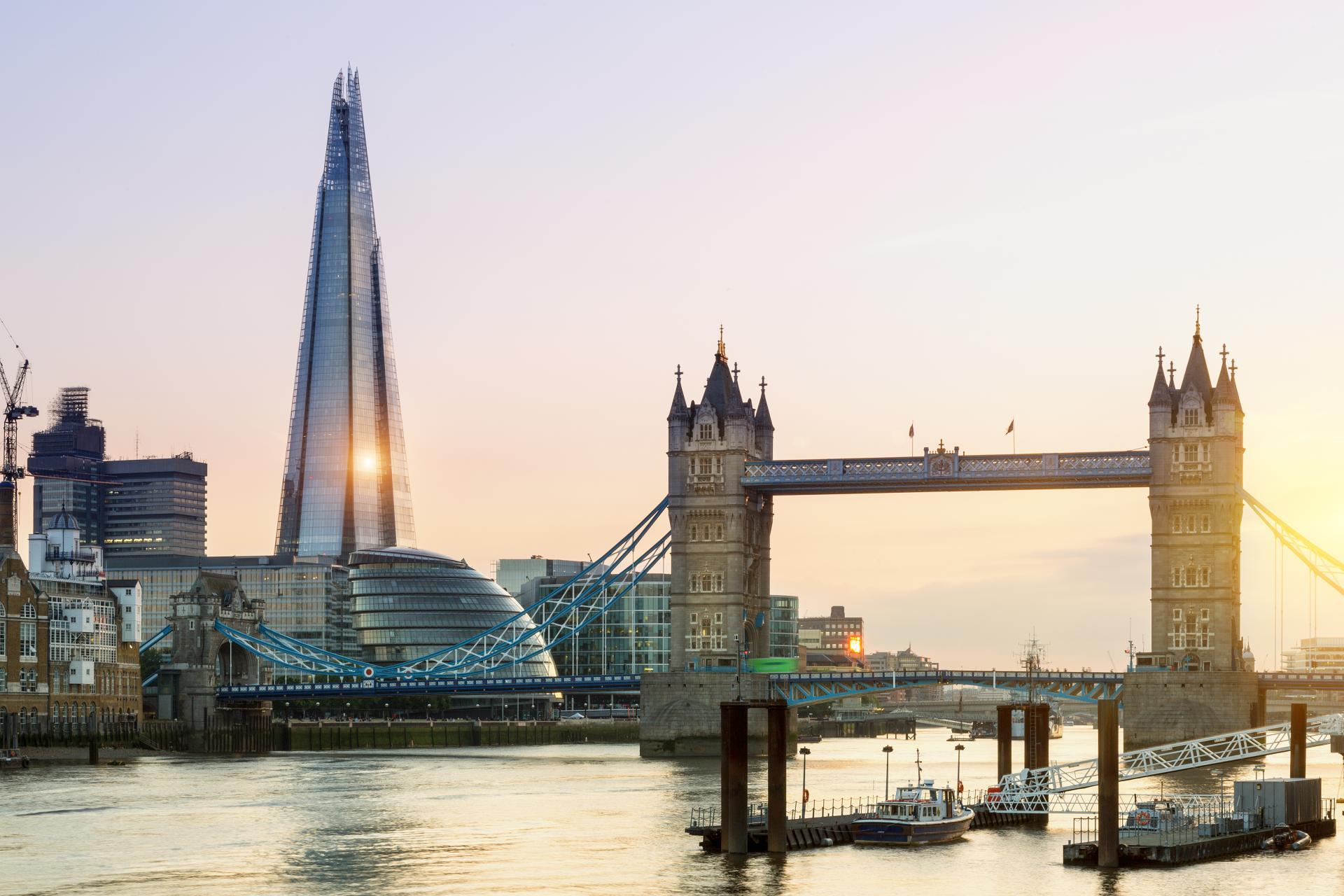 El the Shard junto al Tower Bridge en Londres