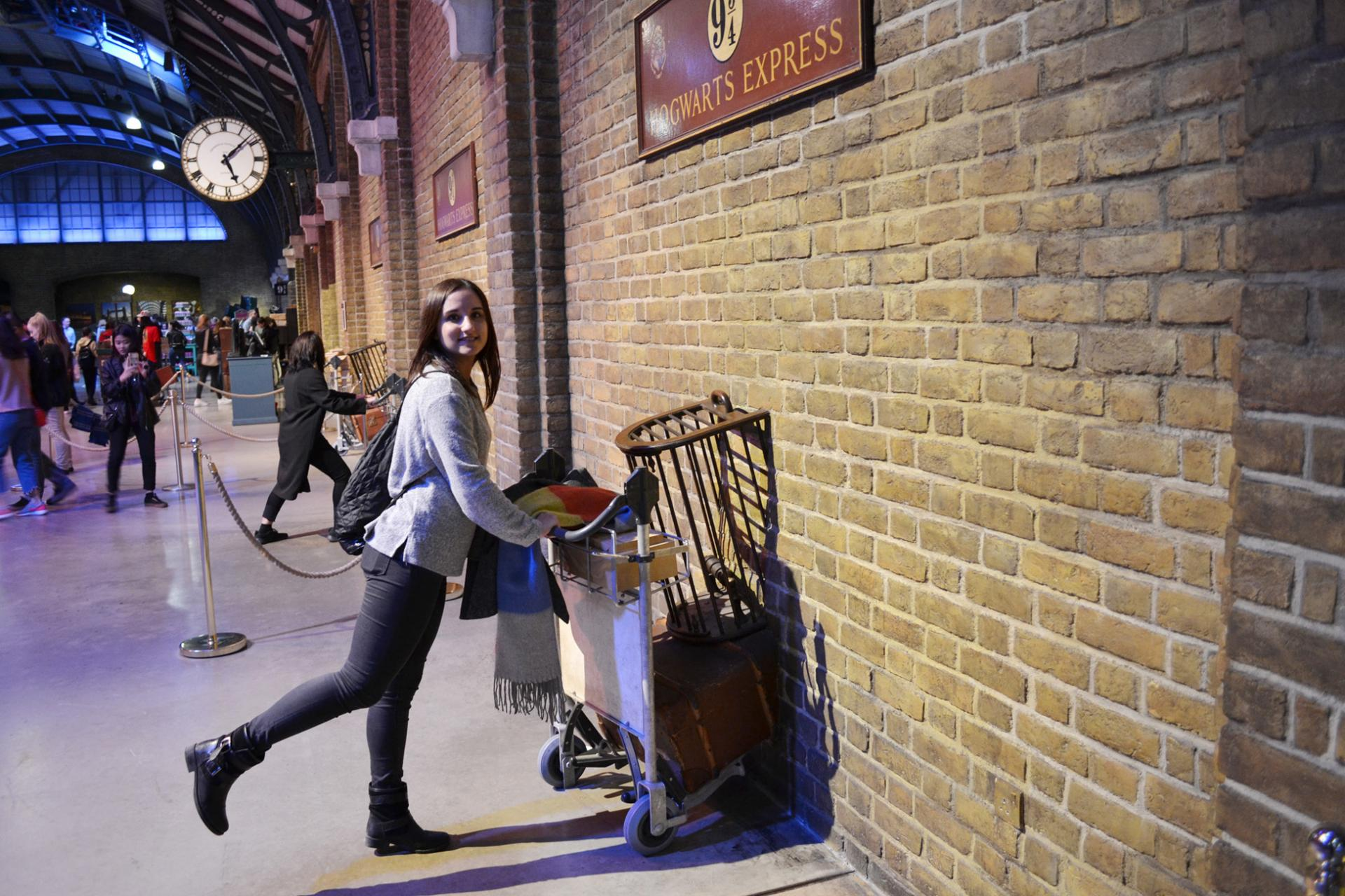 Laura cruzando a la plataforma 9 3/4 en Warner Bros London