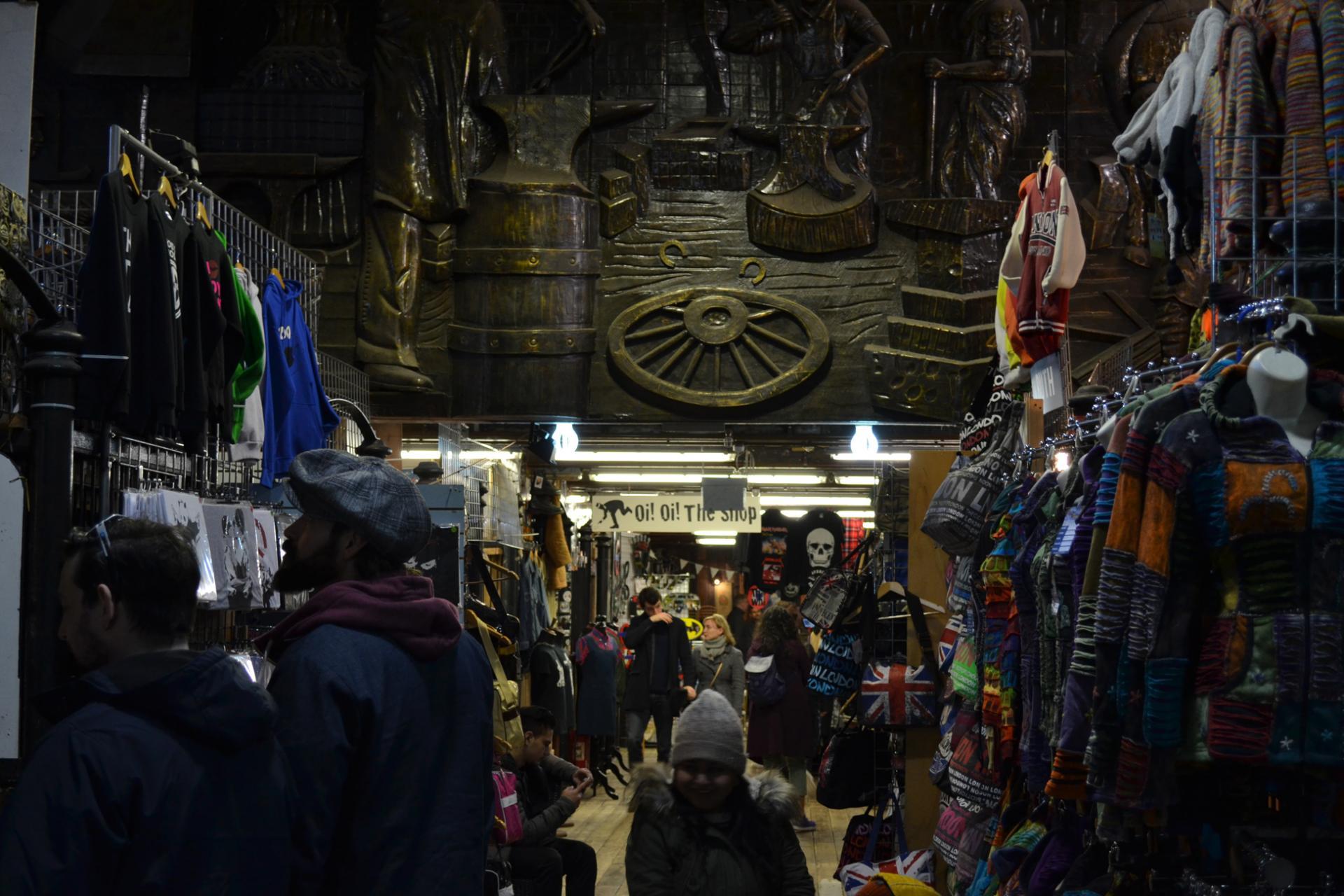 Interior del mercado de Camden en Londres