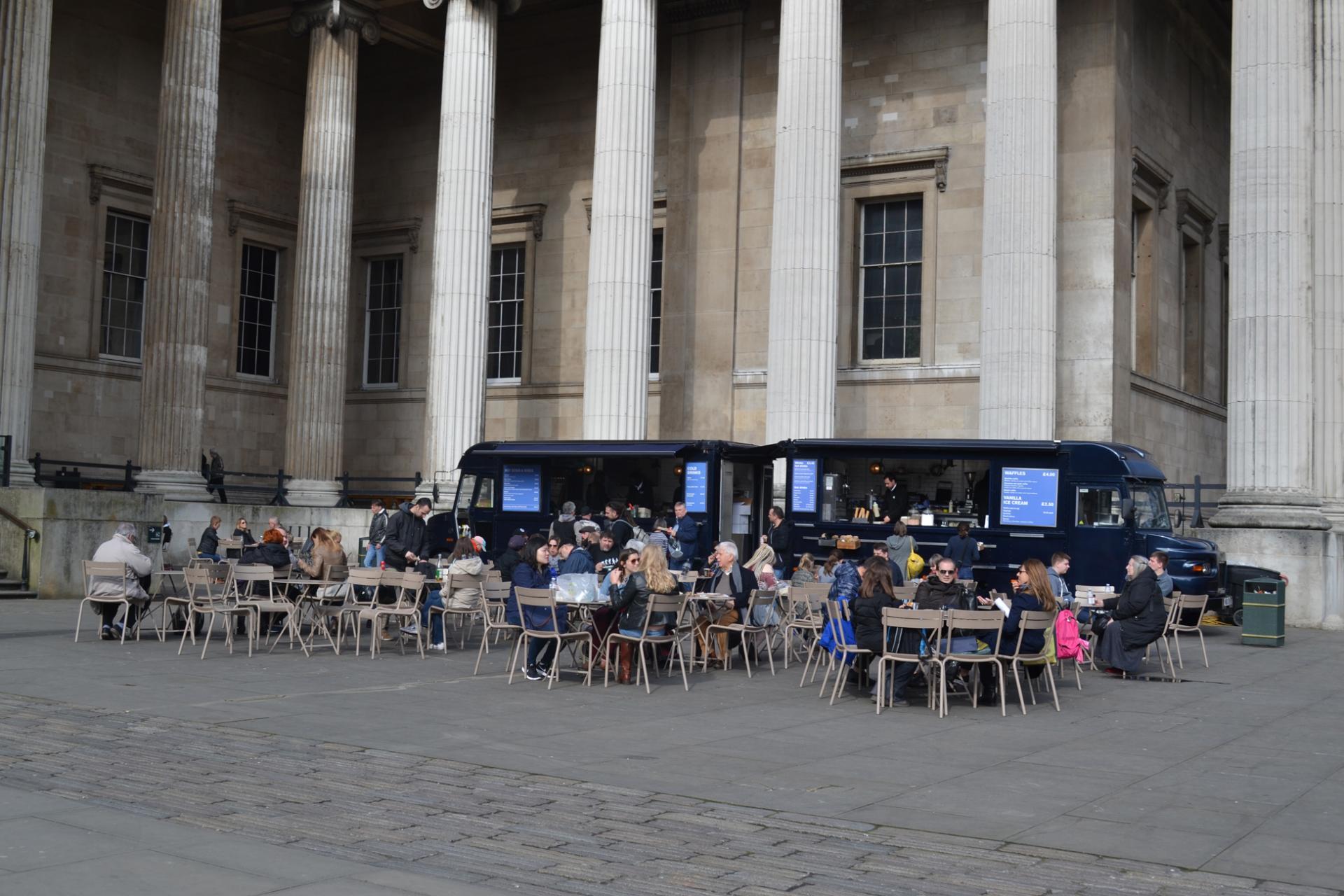 Terraza temporal frente al Museo Británico