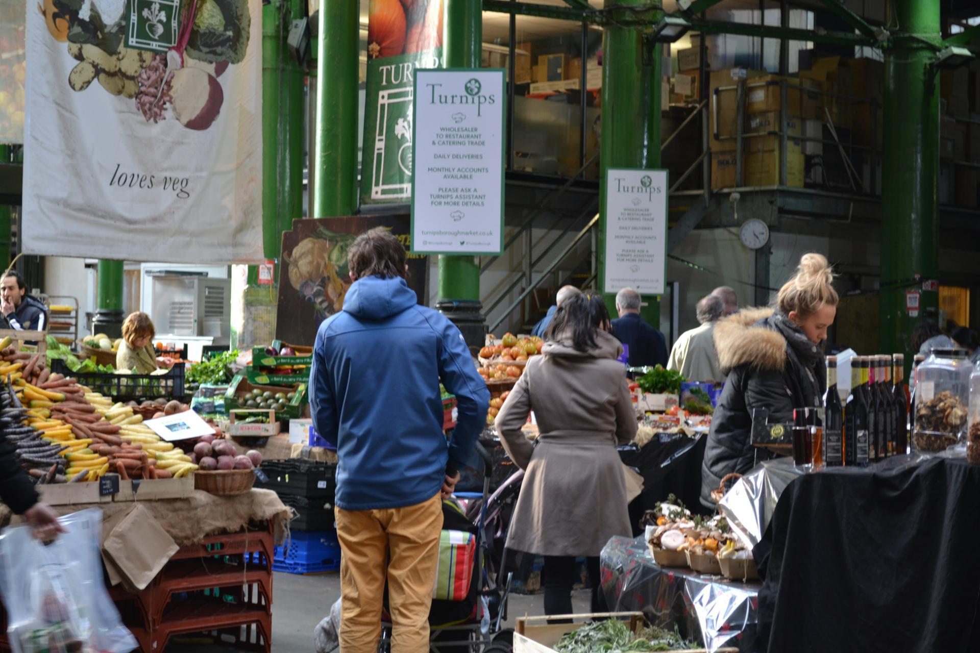 Gente comprando verduras en el Borough Market