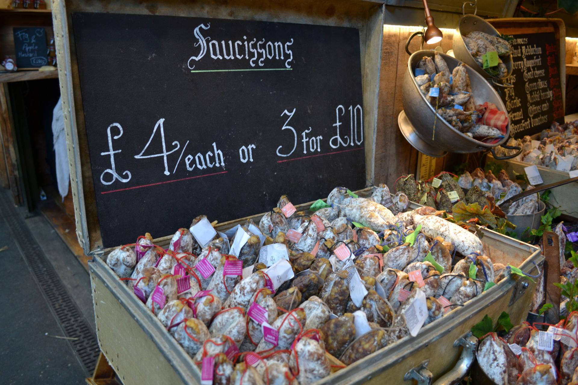 Puestos de charcutería en el Mercado Borough de Londres