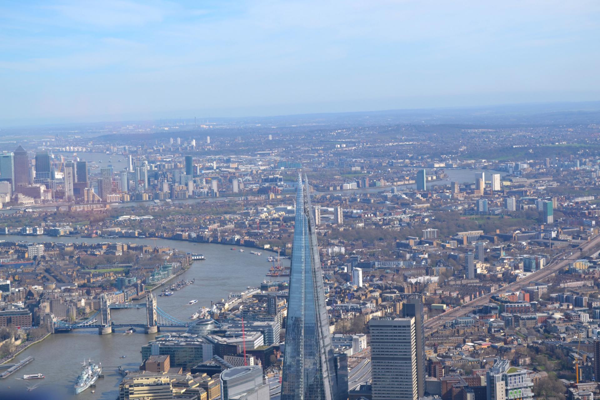 The Shard y el Tower Bridge desde un vuelo en helicóptero por Londres