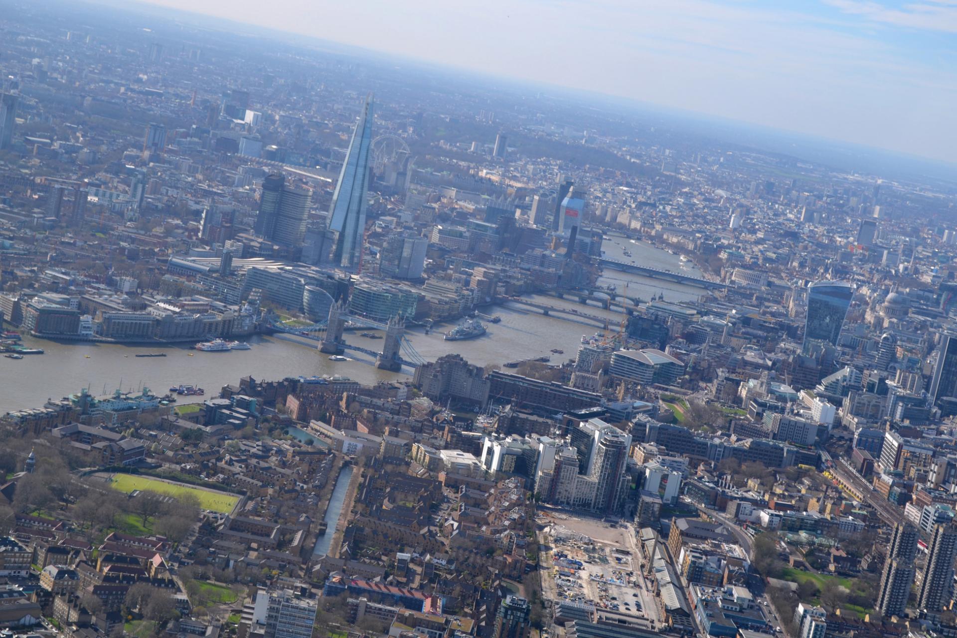 The Shard y el Tower Bridge desde el paseo en helicoptero en Londres