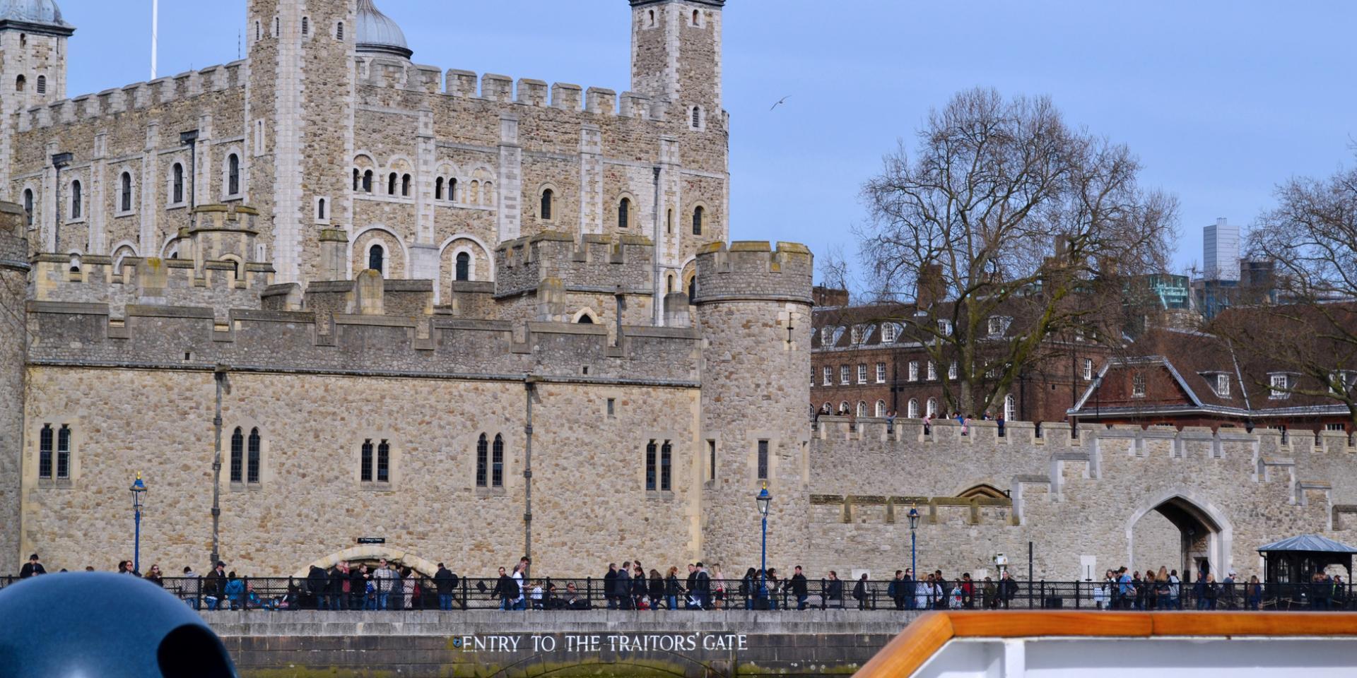 Torre de Londres desde un crucero por el támesis